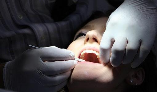 前歯をセラミック差し歯にした値段と体験談|完成までの期間や痛み、その後の腫れや膿について