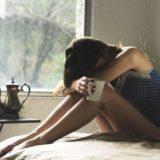 モナリザ症候群で悩んでいる女性